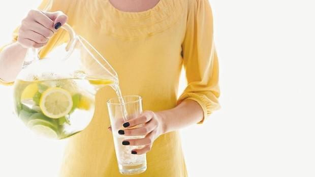 Ujë me limon çdo mëngjes, efektet në organizëm
