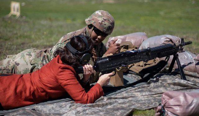 Ambasadorja amerikane në Shqipëri me mitraloz në dorë!