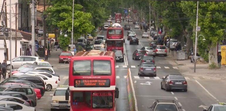 Për autobusët e stërmbushur, turmat që krijohen edhe përkundër pandemisë, kryetari i Qytetit të Shkupit, Petre Shilegov fajin ia lë sistemit të vjetruar të Ndërmarrjes Publike të Transportit Publik. Ai u shpreh se është i vetëdijshëm që sistemi aktual nuk i plotëson nevojat e qytetarëve, prandaj kërkoi ndihmë edhe nga Qeveria, për rinovimin e sistemit.